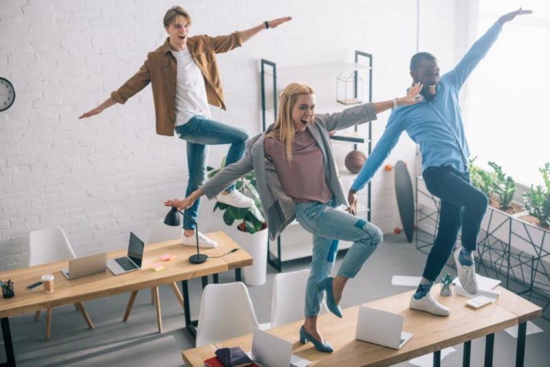 Mitarbeiter tanzen am Tisch